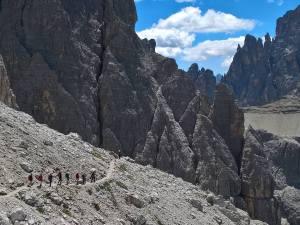 Lungo il ghiaione della Strada Degli Alpini e Croda dei Toni