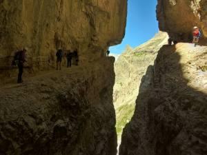 Cengia della Salvezza, Intaglio a 2390 m di quota