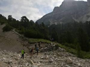 Attraversamento del ghiaione della Muntejel