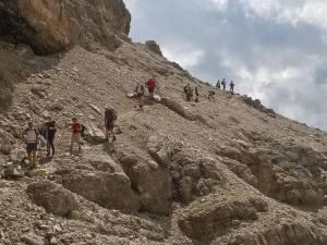 Escursionisti scendono dal Col Dla Pieres