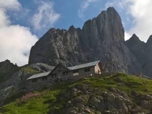Rifugio P.F. Calvi sotto le pareti del Chiadenis