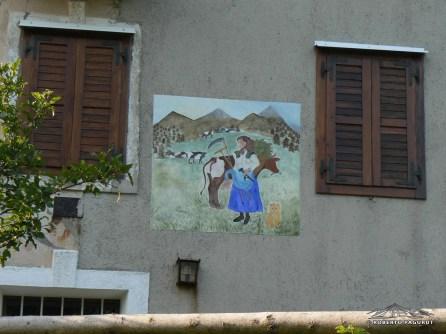 Murales sulla casa ancora oggi manutenzionata di Mincigos vecchia.