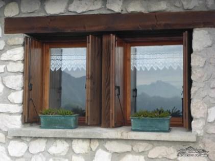 Giochi di luce sulle finestre di Malga Coot