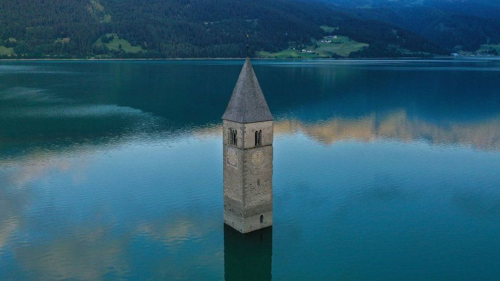 Vila perdida emerge de lago italiano
