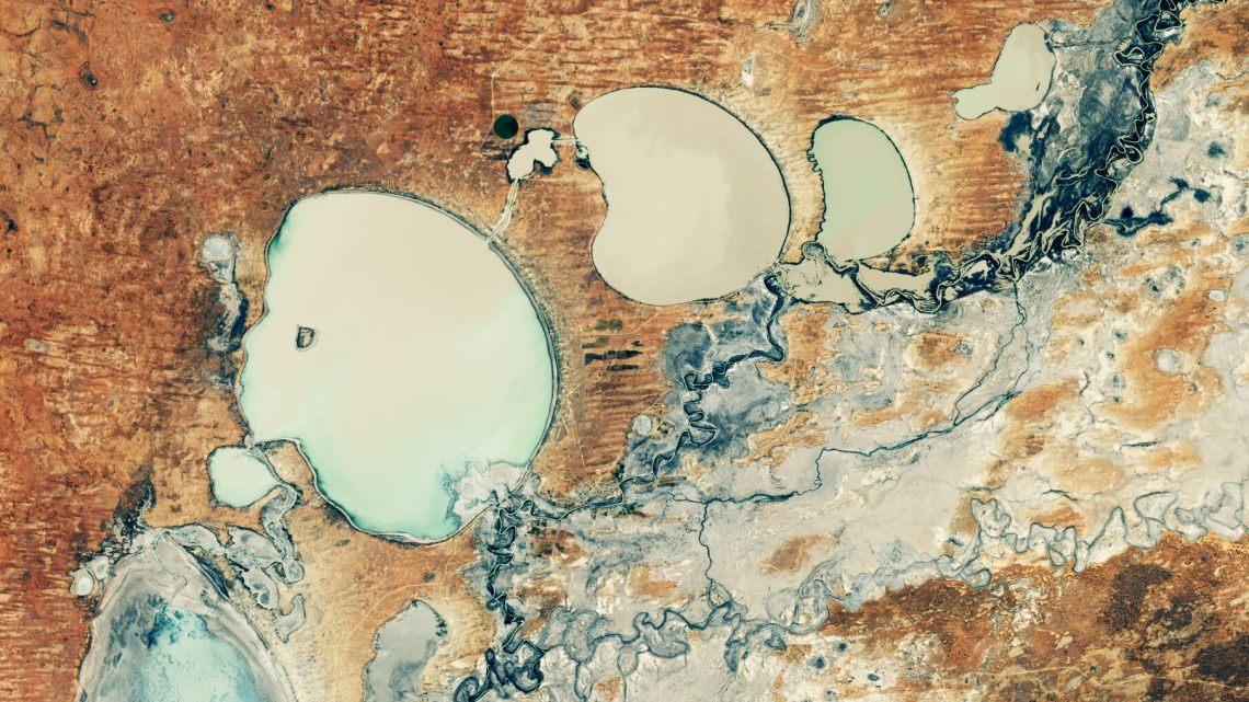 Um lago australiano retorna à vida em meio a controvérsia e esperança.