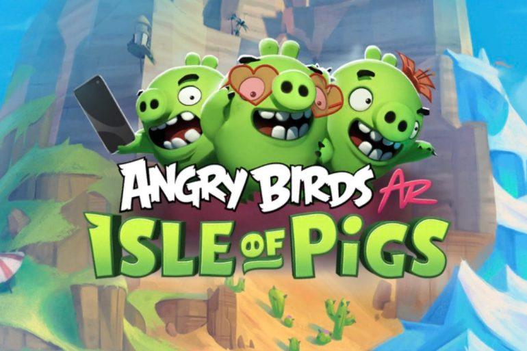 Logotipo del juego Angry Birds: Isle of Pigs, donde se ven tres cerdos y, de fondo, unas montañas