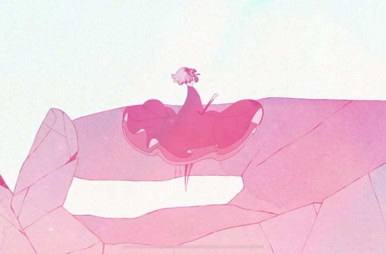 Captura de pantalla del juego GRIS. Se muestra a la protagonista flotando sobre una gran mano de piedra. Tonos rosas y fondo blanco.