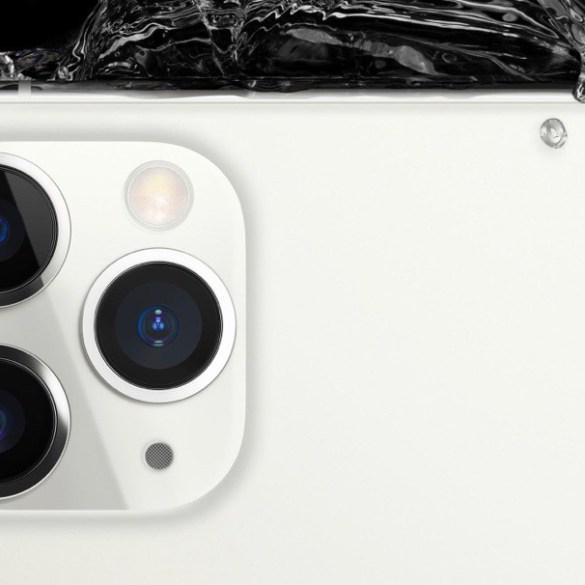 Parte trasera superior del iPhone 11 Pro. Se ven las tres lentes de la cámara y una gran salpicadura de agua en la parte posterior.