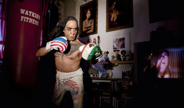 No Arthur Cravan, de la serie de foto-performance, No-retratos. Concepto: Guillermo Gómez Peña. Fotografía: Jen Cohen
