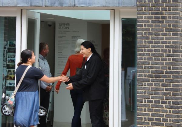 Marina Abramovic recibiendo al público para la performance 512 Hours, en la Serpentine Gallery, Londres. Foto: Joselyne Contreras