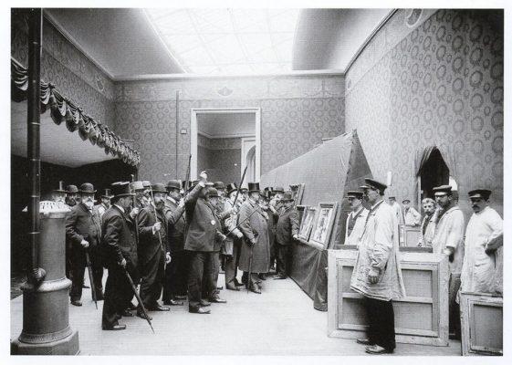 El jurado del Salón en el momento de votar a favor de una obra (levantando el bastón como signo de aprobación)