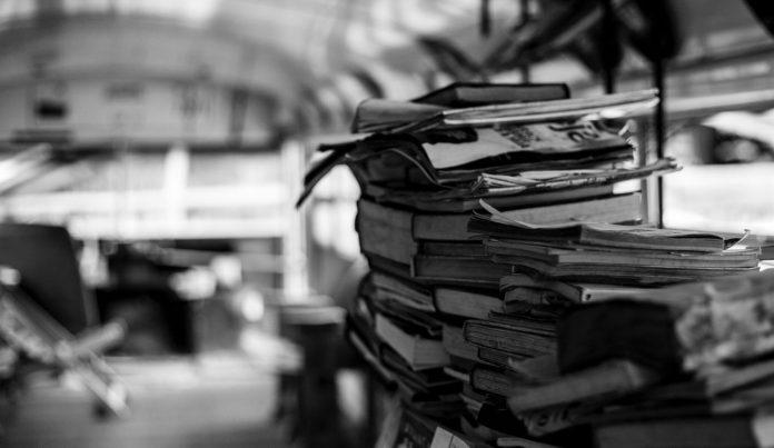 una pila de revistas en una biblioteca