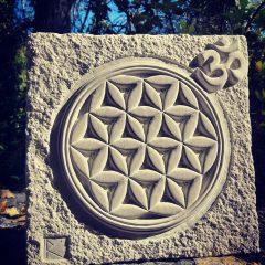 Escultura flor de la vida con detalle de Om