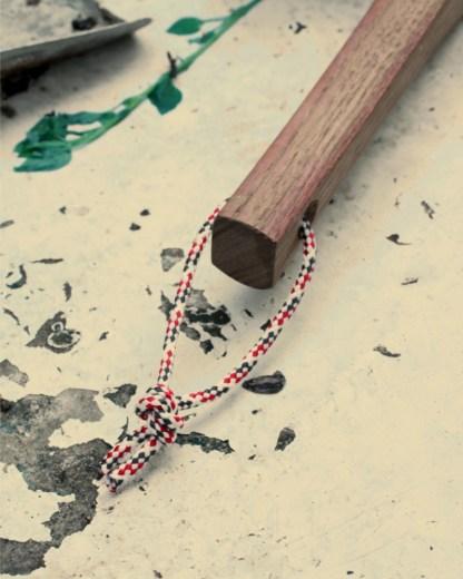 balayette made in france en bois foncé thermochauffé et fibre végétale, brosse artisanale vegan par Andrée jardin, manche avec ficelle tricolore bleu, blanc, rouge
