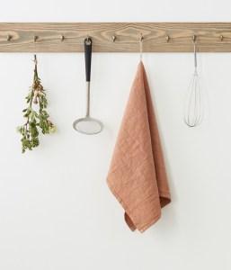 Torchon lin lavé vieux rose sur crochet en bois   Cuisine Minimaliste