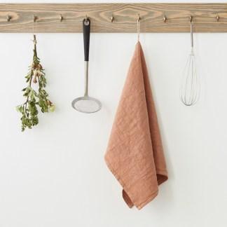 Torchon lin lavé vieux rose sur crochet en bois | Cuisine Minimaliste