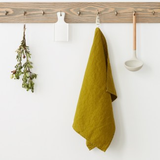 Torchon lin lavé vert coriandre sur crochet en bois | Cuisine Minimaliste