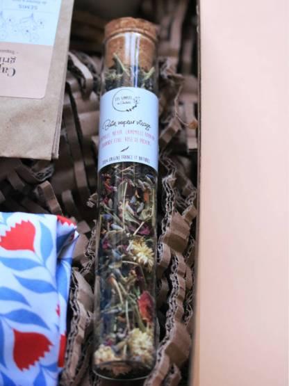 bain vapeur aux fleurs séchées bios et françaises dans une fiole en verre avec un bouchon en liège, les simples de charlotte, produit holistique