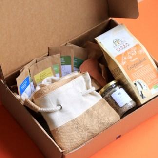 box jardinage grèce pour potager d'été, échoppe végétale, sachet de graines en kraft alignés sur une boite en carton