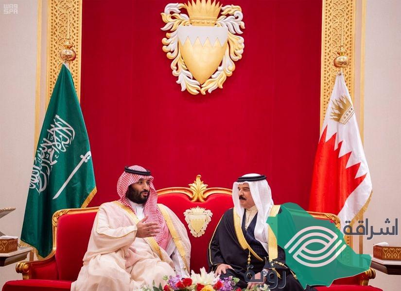 ولي العهد يصل البحرين والملك في مقدمة مستقبليه