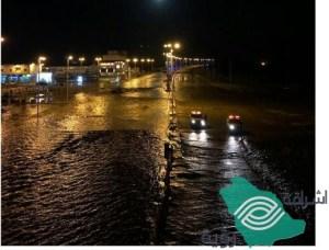 كثافة الأمطار تتسبب بانهيار جزء من سد محافظة الليث وتؤدي لسيول منقولة تداهم بعض أحياء المحافظة.