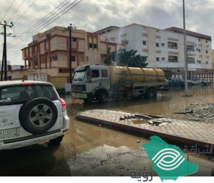 لليوم الثاني استمرار أعمال شفط مياه الأمطار في شوارع الليث.