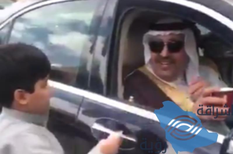 أمير الباحة يشتري الشاي من أحد الباعة وهو في طريقه إلى تهامة