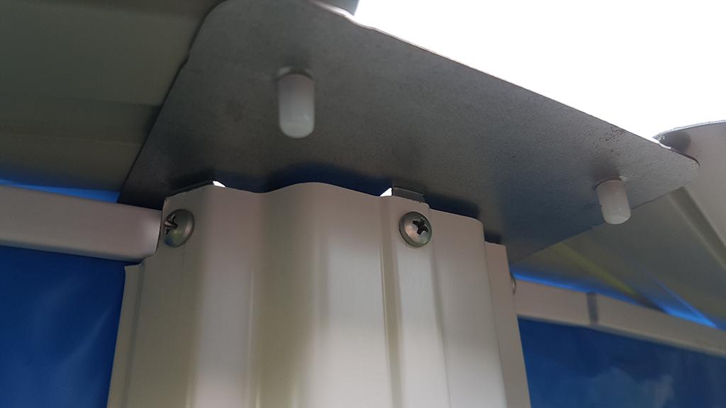 Montering af sikkerhedshætter på poolkant