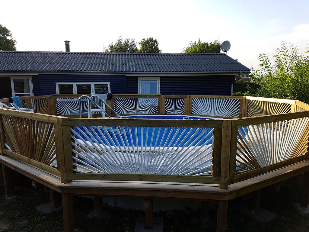 Stålpool indbygget i terrasse