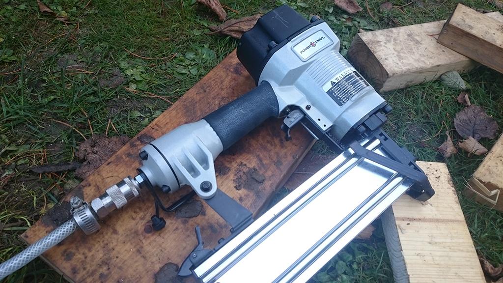 Trykluft sømpistol til montering af træbeklædning