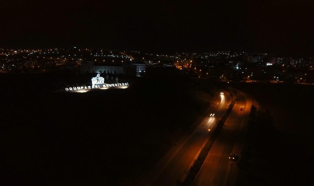Odunpazarı'ndan cadde kesişimine Atatürk silueti