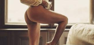 Güzel bacakları olan genç eskort Ceylan