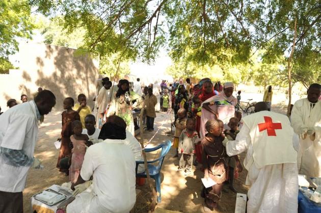 Cola para vacunarse contra la meningitis en la región de Yamena (Chad)