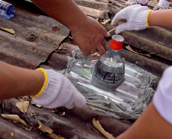 La bombilla hecha con botellas entra en las casas de Manila