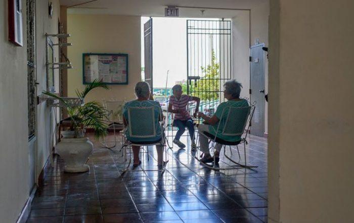 Familia ordena investigación tras dos muertes por coronavirus en hogar de ancianos en Carolina