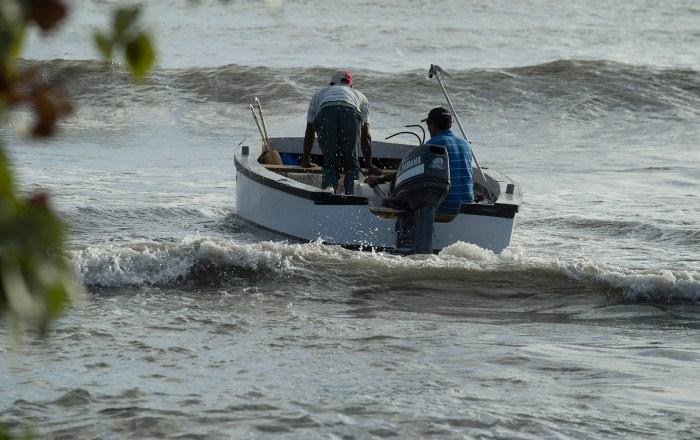 Rescate en alta mar de familia con dos niños