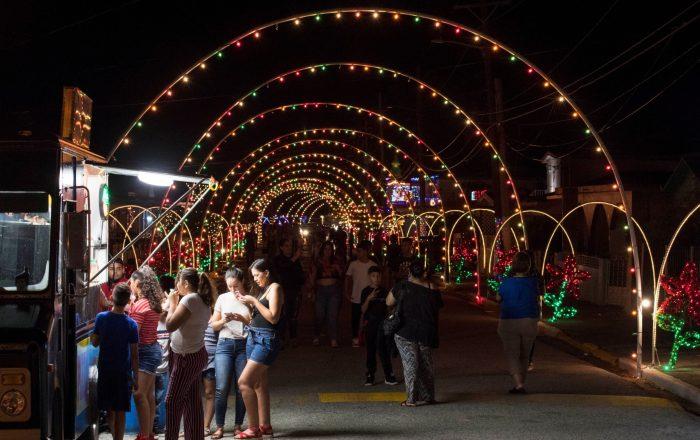 Barriada Felicia se ilumina con estampas y luces de Navidad