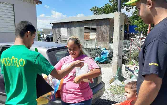 Jóvenes voluntarios entregan suministros en pueblos del sur