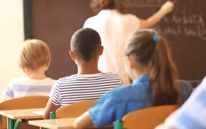 Exigen que se eleve el salario base de los maestros