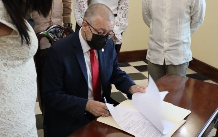 Irizarry Pabón firma tres órdenes ejecutivas