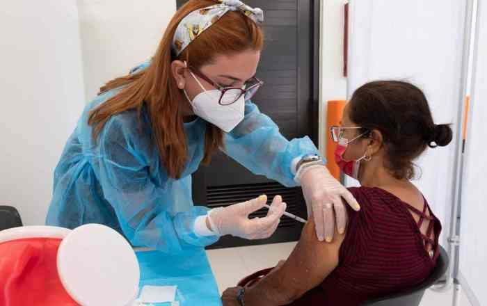 Cuatro semanas en que solo vacunarán mayores de 65 años