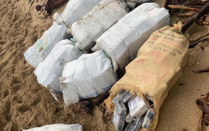 Encuentran 14 fardos con drogas en Arecibo