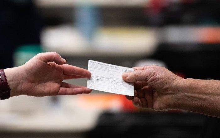 Roban tarjeta de vacunación a turista