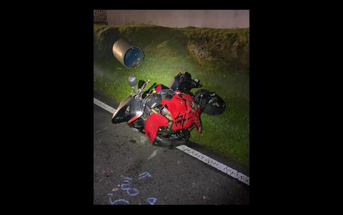 Grave joven que realizaba piruetas en motora sin casco