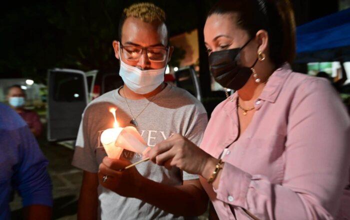 Protestan a la luz de las velas en plaza pública