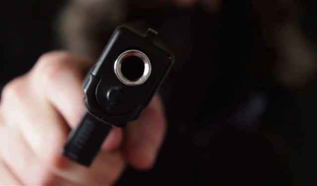 Cargos a un hombre que apuntó con arma a fémina