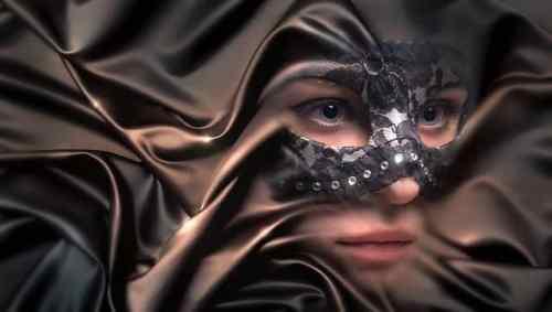 manipulateur-personne-brillante-masque