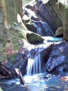 Cascades et vasques dans la rivière de Deshaies