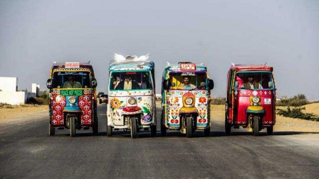 'Los rickshaws de la Paz ' promueven un mensaje colorido de tolerancia en Pakistán. 27 de marzo 2013. ©Nadia Rasul.