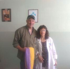 Gonzalo entrega los tejidos a la Dra. Gabriela Varone